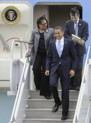 Marcia Fudge, Dennis Kucinich, and Barack Obama leaving Air Force One
